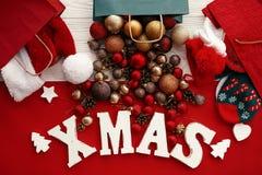 Продажи и покупки рождества Слово Xmas с красным цветом и безделушкой золота стоковые фотографии rf