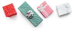 Продажи рождества и Нового Года 2018 для настоящих моментов в космосе взгляд сверху предпосылки коробок белом для текста Стоковая Фотография