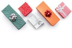 Продажи рождества и Нового Года 2018 для настоящих моментов в космосе взгляд сверху предпосылки коробок белом для текста Стоковая Фотография RF