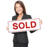 проданный знак риэлтора имущества агента реальный Стоковые Изображения RF