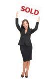 проданный знак риэлтора имущества агента счастливый реальный стоковое изображение rf