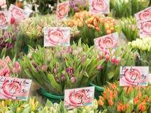 Продают красивые тюльпаны в магазине Стоковые Фотографии RF