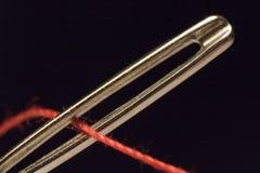 продевать нитку иглы Стоковые Изображения RF