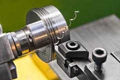 Продевать нитку стальным инструментом сдержал на токарном станке Стоковая Фотография RF