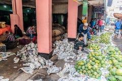 Продовольственный рынок в занятой столице Дакка, Бангладеше стоковое фото
