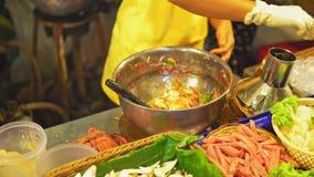 Продовольственный рынок ночи, азиатская еда улицы, традиционные блюда, подготовка салата акции видеоматериалы