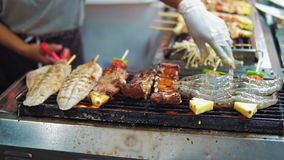 Продовольственный рынок ночи в Азии - зажаренном calamari, цыпленке, свинине, протыкальниках креветки на гриле bbq видеоматериал