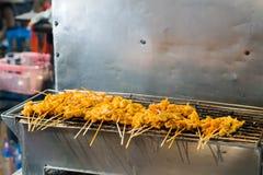 Продовольственный рынок ночи Таиланда, барбекю свинины зажарил магазин на сцене ночи Стоковое Изображение RF