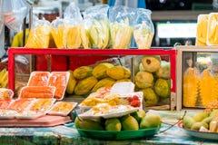 Продовольственный рынок ночи Таиланда, магазин плодоовощ на сцене ночи Стоковое Изображение