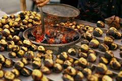 Продовольственный рынок улицы Варить каштаны жаркого на крупном плане угля стоковое изображение rf