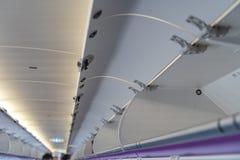 Продолжите багаж в надземном отсеке хранения на коммерчески самолете стоковое фото