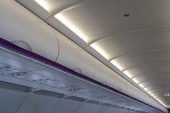 Продолжите багаж в надземном отсеке хранения на коммерчески самолете стоковые изображения rf