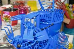 Продукты голубой грабл пластиковые, продукты заботы завода в витринном шкафе супермаркета рециркулированная пластмасса стоковые изображения