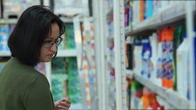 Продукты домашнего ухода женщины покупая акции видеоматериалы
