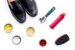 Продукты заботы ботинка Кожаные ботинки людей, заполированность ботинка, щетки, воск на белом взгляд сверху предпосылки Стоковые Фото