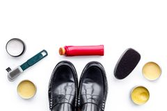 Продукты заботы ботинка Кожаные ботинки людей, заполированность ботинка, щетки, воск на белом космосе экземпляра взгляд сверху пр Стоковые Фото
