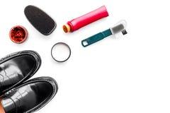 Продукты заботы ботинка Кожаные ботинки людей, заполированность ботинка, щетки, воск на белом космосе экземпляра взгляд сверху пр Стоковое Изображение