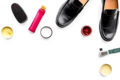 Продукты заботы ботинка Кожаные ботинки людей, заполированность ботинка, щетки, воск на белом космосе экземпляра взгляд сверху пр Стоковые Изображения