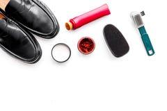 Продукты заботы ботинка Кожаные ботинки людей, заполированность ботинка, щетки, воск на белом космосе экземпляра взгляд сверху пр Стоковая Фотография