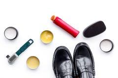 Продукты заботы ботинка Кожаные ботинки людей, заполированность ботинка, щетки, воск на белом взгляд сверху предпосылки Стоковая Фотография RF