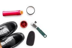 Продукты заботы ботинка Кожаные ботинки людей, заполированность ботинка, щетки, воск на белом космосе экземпляра взгляд сверху пр Стоковое Фото