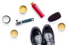 Продукты заботы ботинка Кожаные ботинки людей, заполированность ботинка, щетки, воск на белом взгляд сверху предпосылки Стоковая Фотография
