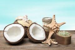 Продукты кокоса курорта и морские аксессуары на деревянных досках, на предпосылке бирюзы стоковая фотография