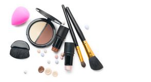 Продукты макияжа стороны контуря над белизной Самое интересное, тень, контур и смесь стоковая фотография