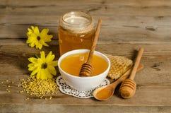 Продукты мед пчелы, цветень, соты Стоковые Фотографии RF