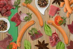 Продукты мяса и сосиски на квартире кладут деревянную доску стоковые фото