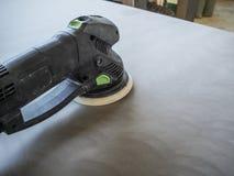Продукция акриловых worktops на фабрике мебели Работник производит акриловые countertops на фабрике Заполированности работника Стоковое Изображение RF