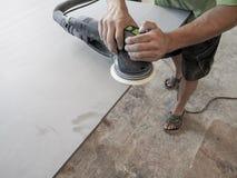 Продукция акриловых worktops на фабрике мебели Работник производит акриловые countertops на фабрике Заполированности работника Стоковое Изображение