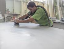 Продукция акриловых worktops на фабрике мебели Работник производит акриловые countertops на фабрике Заполированности работника Стоковые Фото
