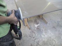 Продукция акриловых worktops на фабрике мебели Работник производит акриловые countertops на фабрике Заполированности работника Стоковые Изображения