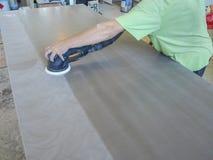Продукция акриловых worktops на фабрике мебели Работник производит акриловые countertops на фабрике Заполированности работника Стоковые Фотографии RF