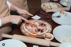 Продукция детей пиццы Стоковые Фотографии RF