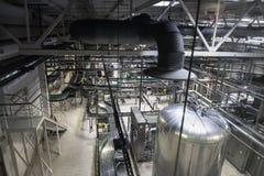 Продукция заваривать, мастерская с стальными танками, трубы и машинное оборудование на современной фабрике пива Стоковые Изображения RF