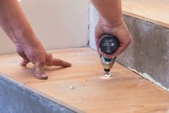 Продукция и установка льна Работа мастера стоковое изображение