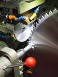 Продукция круглой пилы процессом высокой точности меля стоковая фотография rf