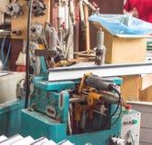 Продукция окон PVC, машина для сверля отверстий в pvc рамки, инструмента сверла стоковая фотография
