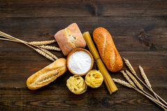Продукция пекарни, делающ хлеб и макаронные изделия Свежий хлеб и сырцовые макаронные изделия около муки в ушах шара и пшеницы на стоковые изображения rf