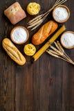 Продукция пекарни, делающ хлеб и макаронные изделия Свежий хлеб и сырцовые макаронные изделия около муки в ушах шара и пшеницы на стоковые изображения