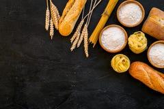 Продукция пекарни, делающ хлеб и макаронные изделия Свежий хлеб и сырцовые макаронные изделия около муки в ушах шара и пшеницы на стоковые фотографии rf