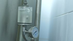 Продукция пива в фабрике Пивоваренный завод Пиво охлажено в танках холодок пиво свежее Пузыри видеоматериал