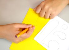 Продукция поддержки для покрашенных яичек Постепенный процесс: чертеж деталей на бумаге Стоковое Фото