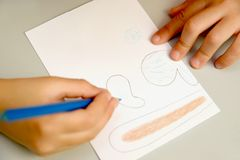 Продукция поддержки для покрашенных яичек Постепенный процесс: чертеж деталей зайца на бумаге Стоковые Фотографии RF