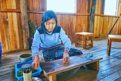 Продукция пряжи лотоса, озеро Inle, Мьянма Стоковая Фотография RF