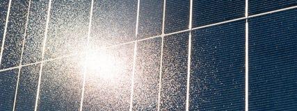 Продукция солнечной энергии Фотовольтайческий модуль с отражением Солнця Стоковая Фотография