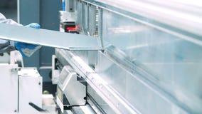 Продукция углов металла используя гибочную машину листа Тормоз гидравлической прессы сток-видео