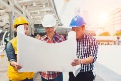Проектируйте встречу для архитектурноакустической работы над проектом с инструментами партнера и инженерства на рабочем месте стоковое фото rf